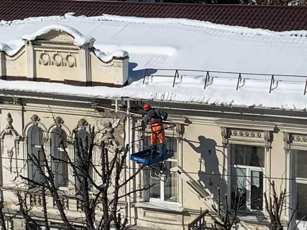 Коммунальщики в Симферополе начали сбивать сосульки с крыш домов