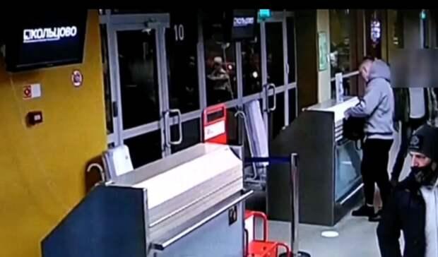 Пьяный пассажир изНижнего Тагила вКольцово вожидании посадки разбил дверное стекло