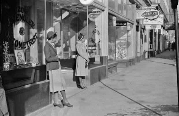 Домашняя прислуга в ожидании трамвая по пути на работу рано утром, Митчелл-стрит, Атланта, Джорджия, 1939 год