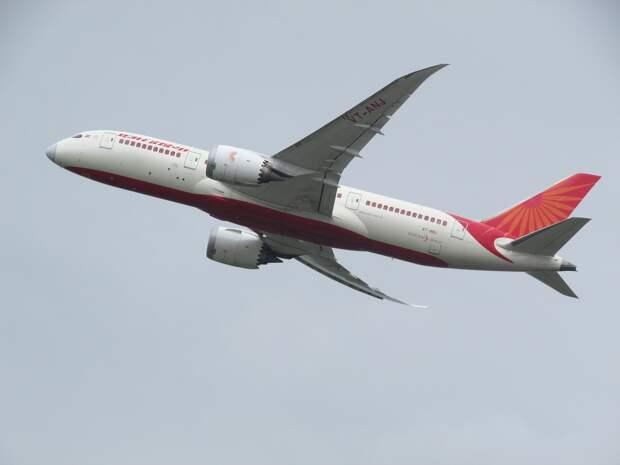 В Индии самолёт развалился на части после посадки