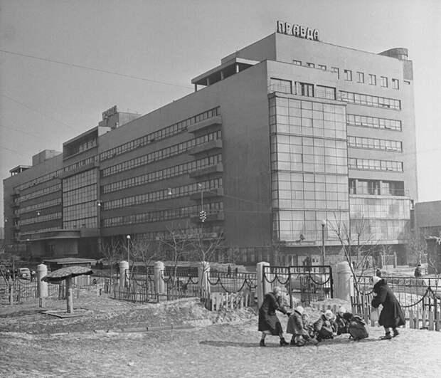 "Детский сад у здания газеты ""Правда"". Фото А. Агапова. Москва, 1955."