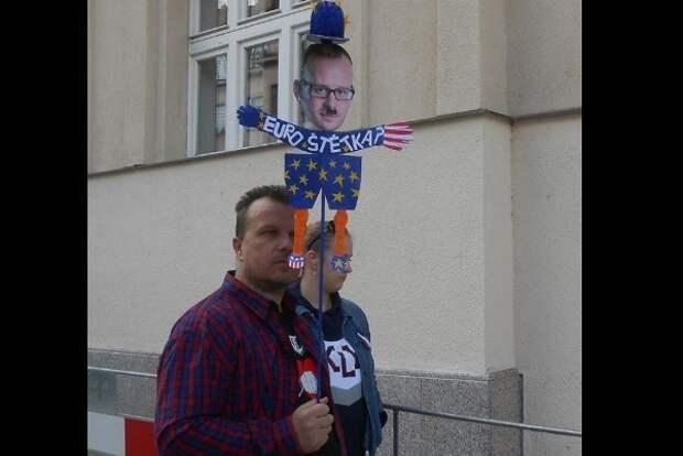 В Праге выгуляли «европроститутку» в виде чиновника, снёсшего статую Конева