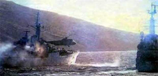 Вертолет «Си Кинг» и фрегат типа 21 спешат на помощь кораблю «Плимут»