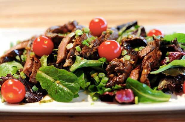 Жарим мясо и делаем с ним салаты: замена скучному ужину с картошкой