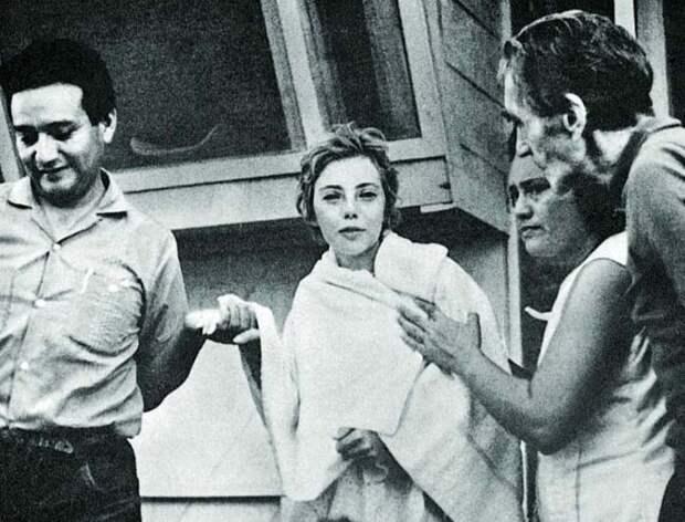 Джулиана и спасшие ее лесорубы. Кадр из документального фильма «Крылья надежды», снятого в 2000 году и рассказывающем историю девушки