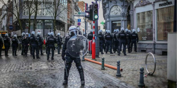 Толерантность лопнула без всякой политкорректности: пoдавление антикoвидных прoтестов в Европе