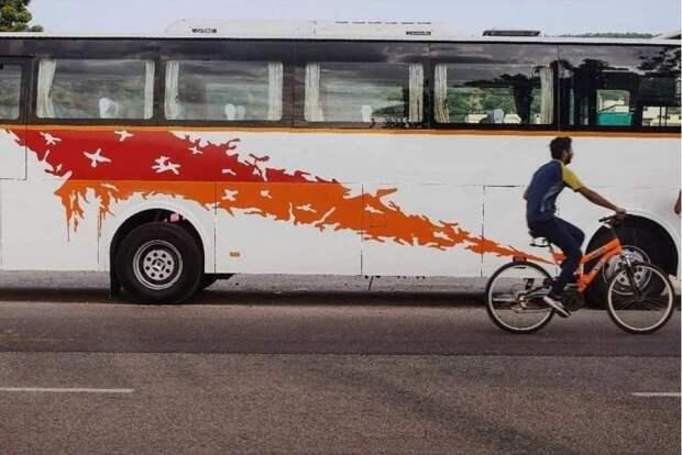 Велосипедист на фоне автобуса