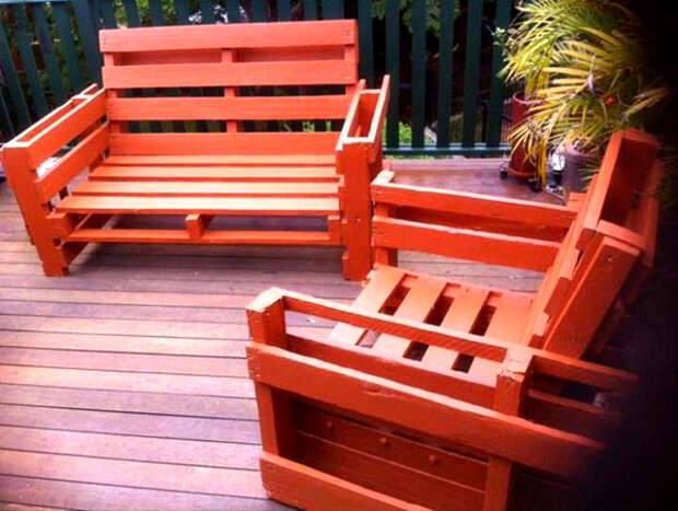 Яркие скамейки из поддонов. | Фото: Юла.