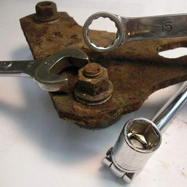 Гаечным ключом обстукиваем прикипевший крепеж со всех сторон. | Фото: novate.ru.