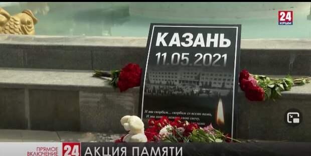 Севастопольцы продолжают нести цветы к народному мемориалу в Комсомольском парке