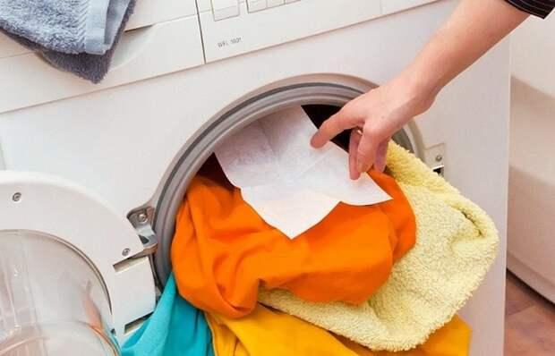 Для чего нужна влажная салфетка во время стирки в машинке-автомат: хитрость от опытных хозяек