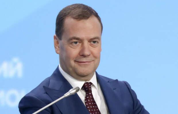 Медведев предложил провести эксперимент с переходом на четырехдневный график работы