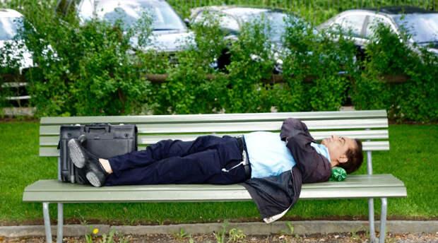 Москвичам снова разрешили использовать по назначению скамейки