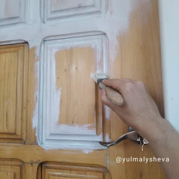 Крашу дверь универсальной акриловой эмалью