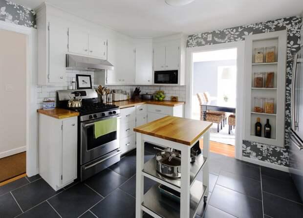 серые обои на белой кухне