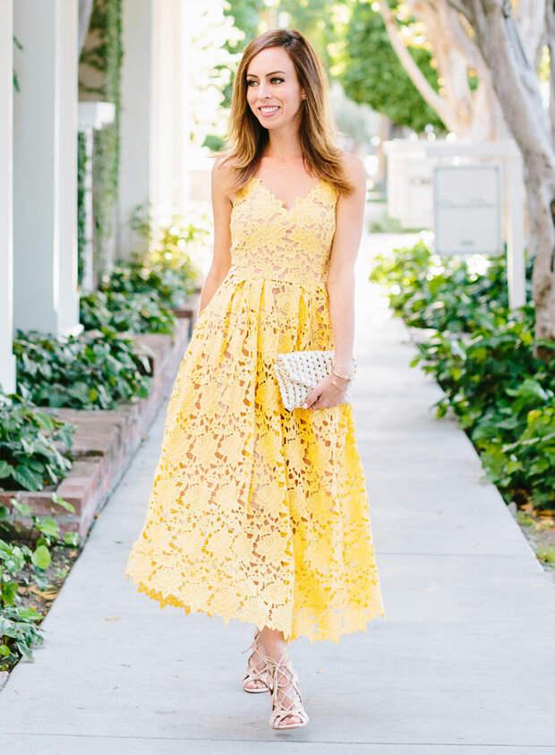 Женщина в кружевном желтом сарафане. /Фото: cdn.lookastic.de