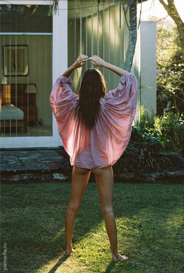 девушка в прозрачной одежде - горячее фото