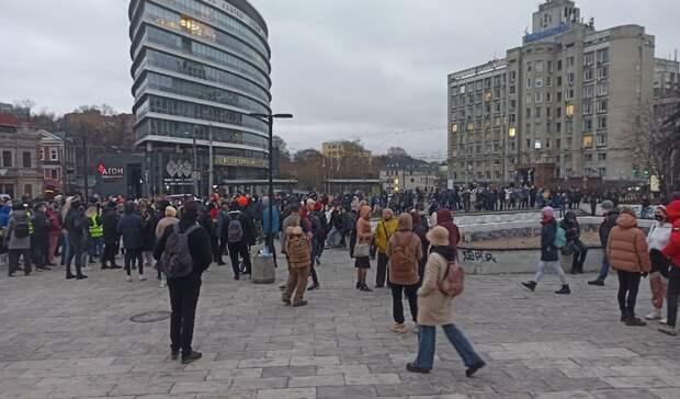 Толпы нижегородцев вышли намитинг вподдержку Навального вечером 21апреля