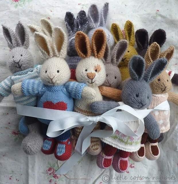 Замечательные милые зайчики, связанные спицами. Это отличный подарок, сделанный своими руками.