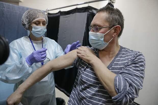 Роструд разъяснил законность отстранения от работы без прививки