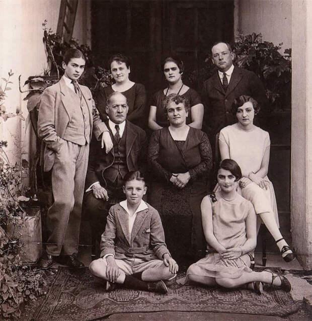Магдалена Кармен Фрида Кало Кальдерон со своей семьей в 1924 году.