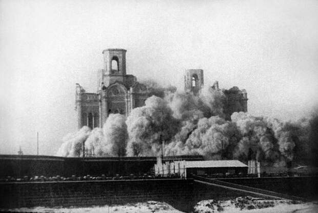 Большевики и правда, как предсказано, стали рушить церкви и «истреблять веру православную»