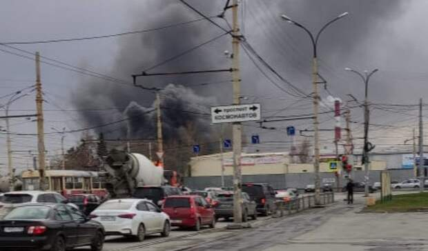 800 метров кровли обрушилось при пожаре склада наУралмашзаводе вЕкатеринбурге
