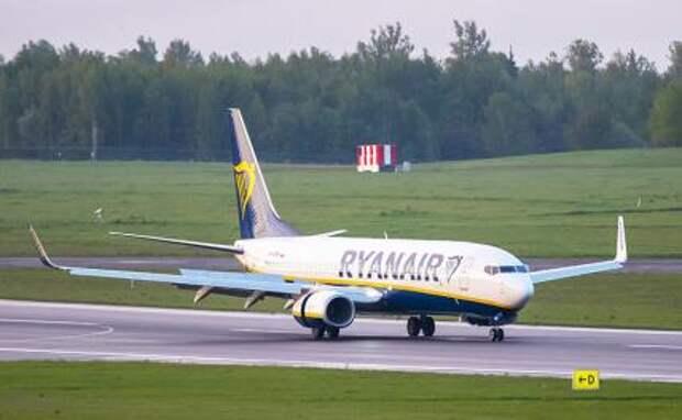 На фото: самолет, следовавший из Афин в столицу Литвы со 171 пассажиром, совершил экстренную посадку в аэропорту Минска в сопровождении МиГ-29 белорусских ВВС из-за сообщения о наличии на борту взрывного устройства.