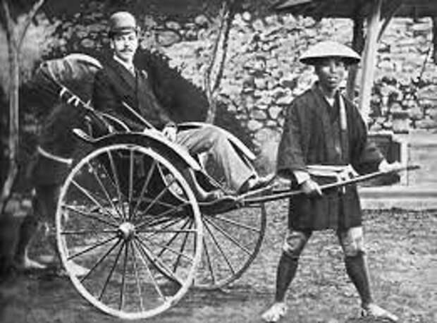 Цесаревич Николай на повозке рикши в Японии.