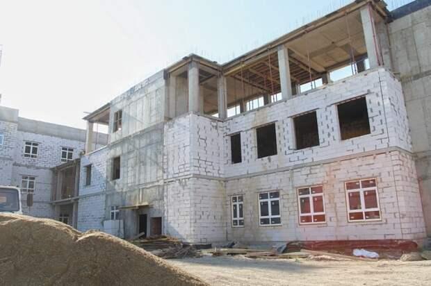 Школа в поселке Российском под Краснодаром готова наполовину