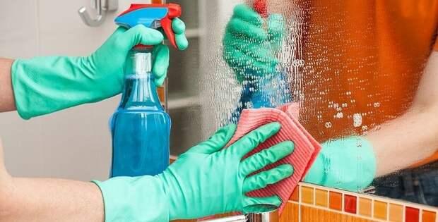 Подтеки на зеркалах нужно убирать моющим средством. / Фото: uborkadoma.guru