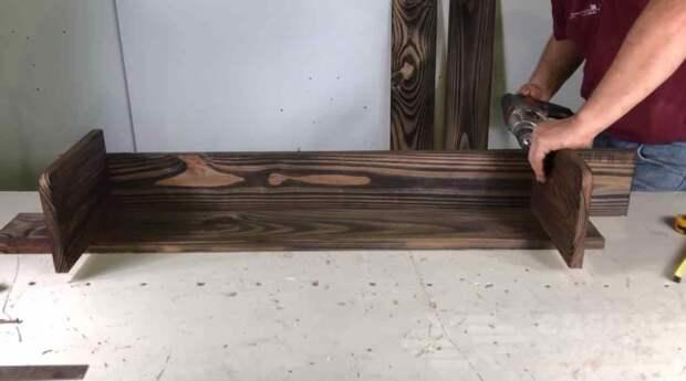 Простая в изготовлении угловая полка из дерева