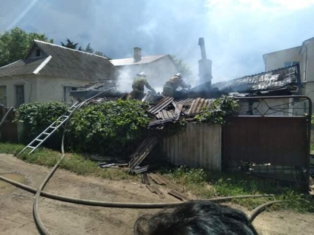 В Ленинском районе из горящего дома спасли 74-летнюю женщину