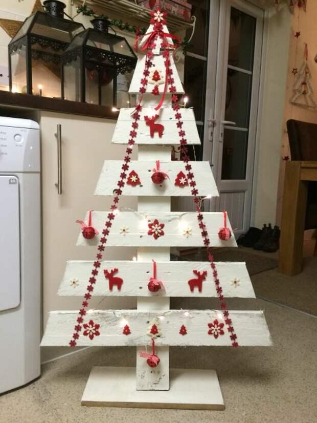 Новогоднее дерево из досок. /Фото: i.pinimg.com