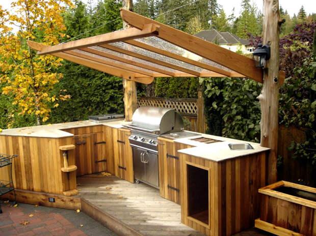 Угловая кухня с навесом.   Фото: The Architecture Home.