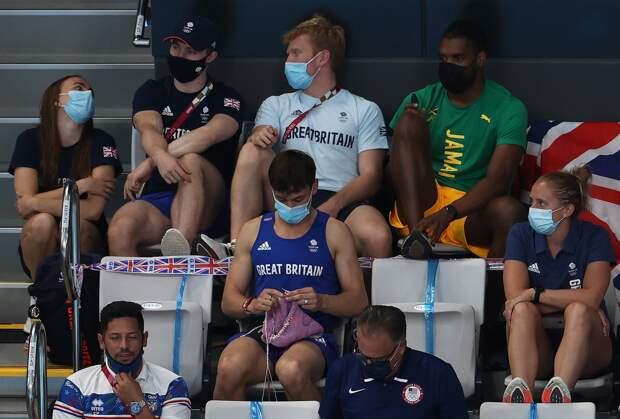 Олимпийский чемпион вяжет прямо на трибуне во время соревнований (видео)