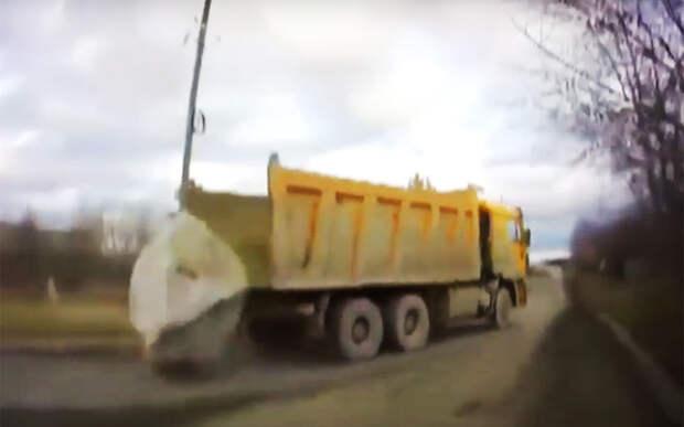 Видео не для слабонервных: огромный камень выпал из кузова грузовика