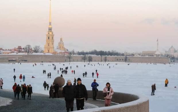 Как петербуржцы гуляют по льду Невы, несмотря на запрет – фото