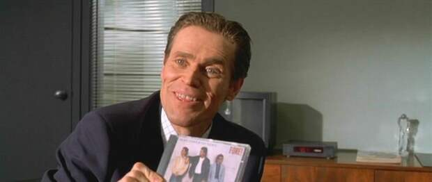 Источник: https://www.reddit.com/r/MovieDetails/comments/gy536u/in_american_psycho_2000_willem_dafoe_detective/