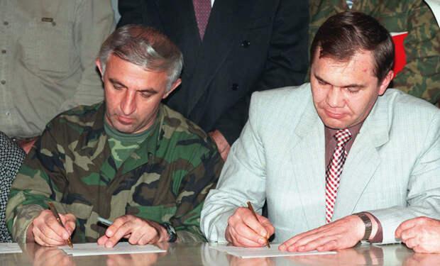 Аслан Масхадов и Александр Лебедь во время подписания мирного договора, 31 августа 1996 года / Алексей Федоров / AP