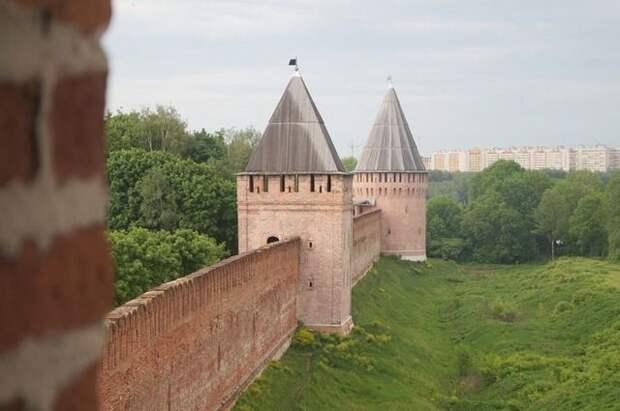 В Смоленске из-за ветра на крепостной стене обрушились леса