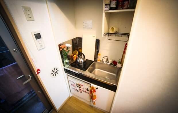 Встроенная кухня крошечной квартиры площадью 8 кв. метров. | Фото: livingbiginatinyhouse.com.