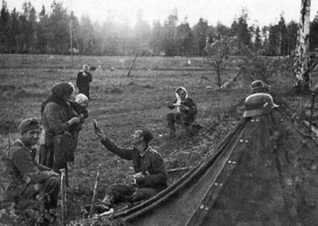 Немецкий солдат делится своим пайком, 1941 год.