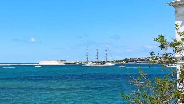 Эскадра из 80 парусников вышла в море в Севастополе в День Победы