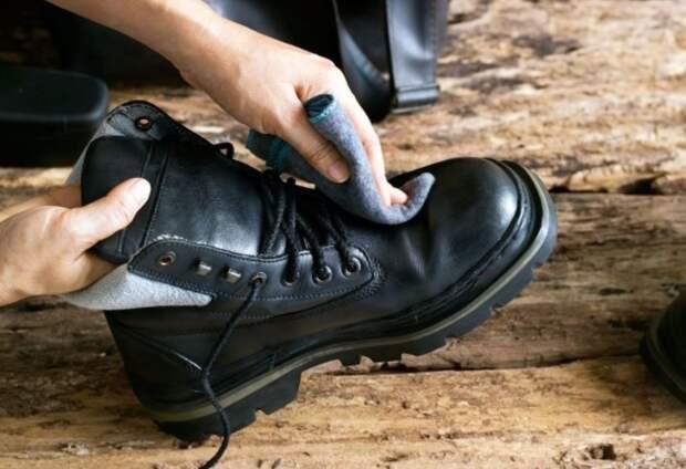 Cразу после разувания протирайте обувь влажной салфеткой / Фото: waysi.ru