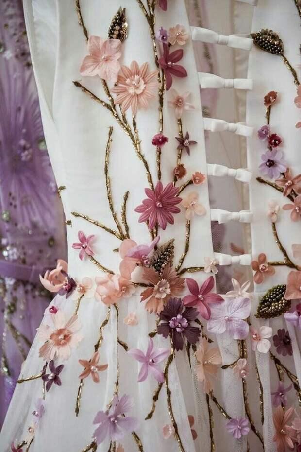 Цветы из ткани в работах дизайнеров и мастеров вышивки, фото № 1