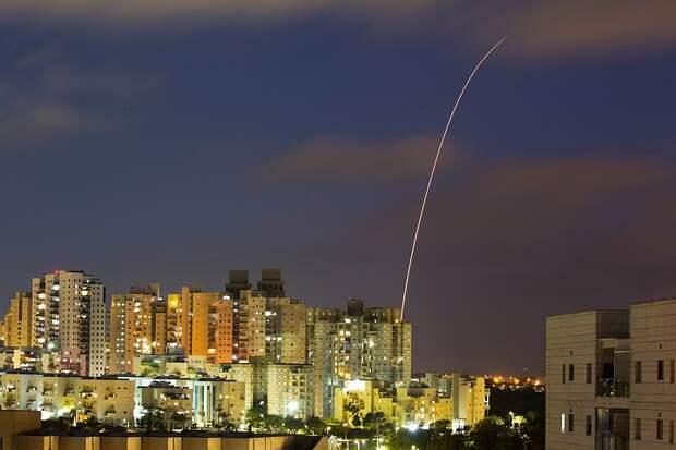 Ракетный удар ХАМАС по израильскому порту вызвал мощный взрыв и пожар