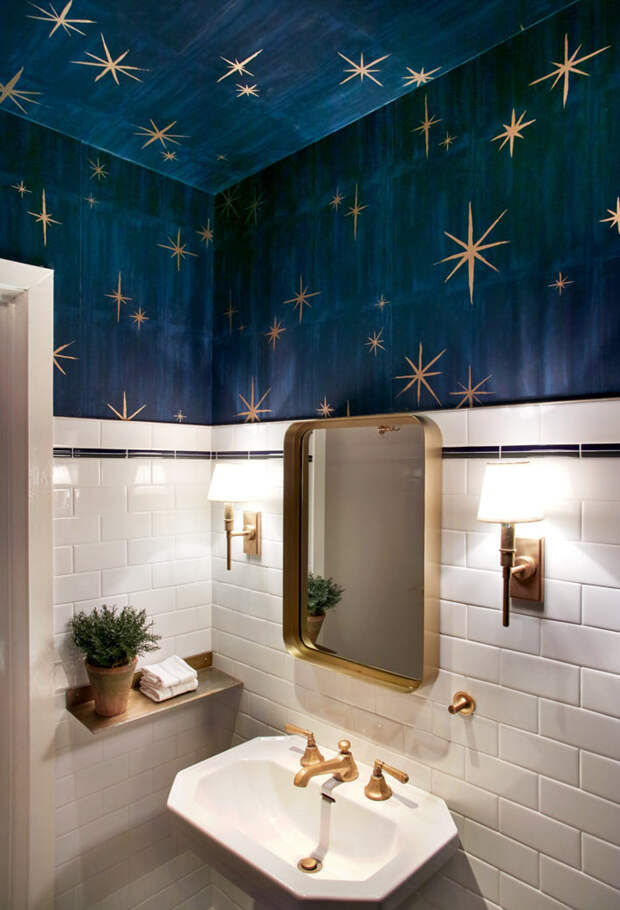 Love it! Контрастный дизайн ванной с синими обоями на потолке