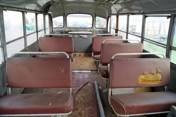 После переделки в лабораторию автобус утратил всю мебель. Этими диванами с автобусом поделился другой, почивший комплектным, ЗИЛ-158В ликинского производства — пару слов о ''доноре'' я расскажу ниже ЗИЛ-158В, авто, автобус, зил, лиаз, олдтаймер, реставрация, рето автобус