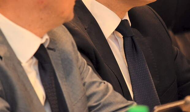 Проявили скрытность. Два омских депутата сложили полномочия из-за утраты доверия